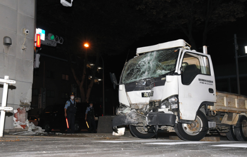 調布市トラックが交番に突っ込む事故の3つの原因はバス?ワクチン?